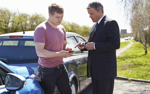 Car accident drivers exchange information