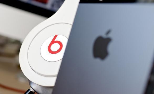 beats headphones and apple iphone