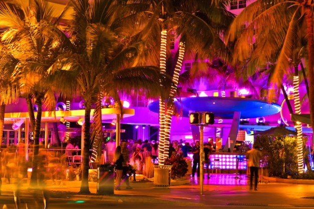 Ocean Drive scene at night lights, cars and people having fun, Miami beach. La noche de Ocean Drive en Miami Beach, Florida, Estados Unidos